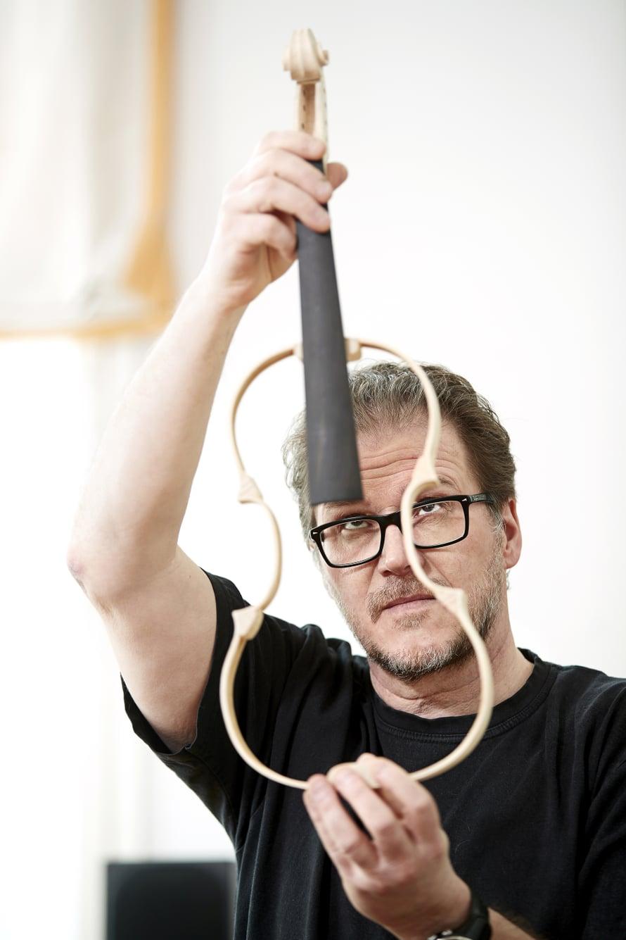 """""""Olen ajatellut, että itse tehty viulu olisi hieno perintö lapsenlapsille, jos sellaisia tulee"""", Juha Lakkala sanoo."""