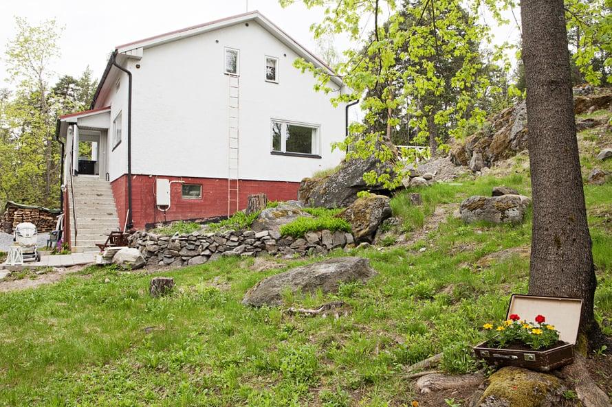 Omakotitalo vuodelta 1946 seisoo ylpeänä rinnetontilla. Siinä on 169 asuinneliötä ja 50 neliötä kellaritilaa.