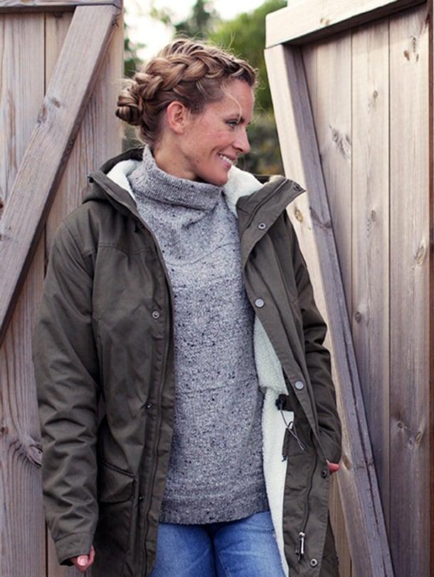 Kalastajan vaimo -bloggaaja Johanna viihtyy ulkona Sherpan villasekoiteneuleessa ja Fjällrävenin parkatakissa.