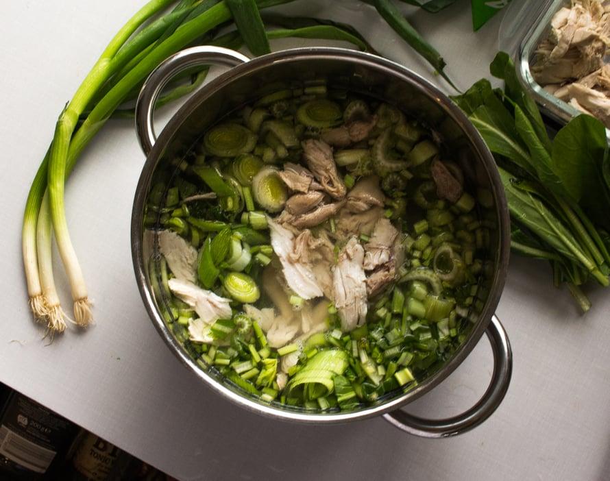 Soppakattila on valmiina liedelle. Tässä keitossa ei ole niin väliä pilkkooko ainekset veitsellä vai saksilla. Maku puhuu puolestaan ja sopan vihreys on huumaava!