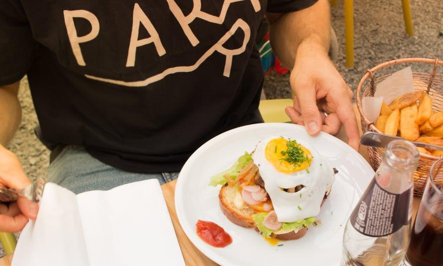 Boule Barin leivässä on kananmuna ja burgerpihvi, täydellinen after-petanque-annos!