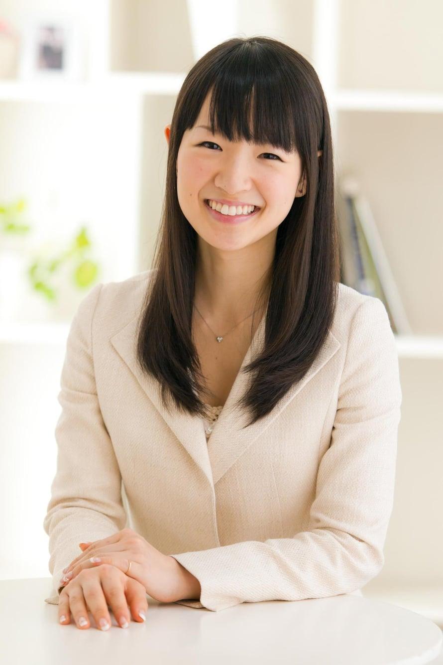 Japanilainen Marie Kondo, 31, on ammattijärjestäjä ja pienen vauvan äiti. KonMari-kirjassaan hän antaa järjestelyvinkkejä ja kehottaa puhumaan tavaroille kauniisti.