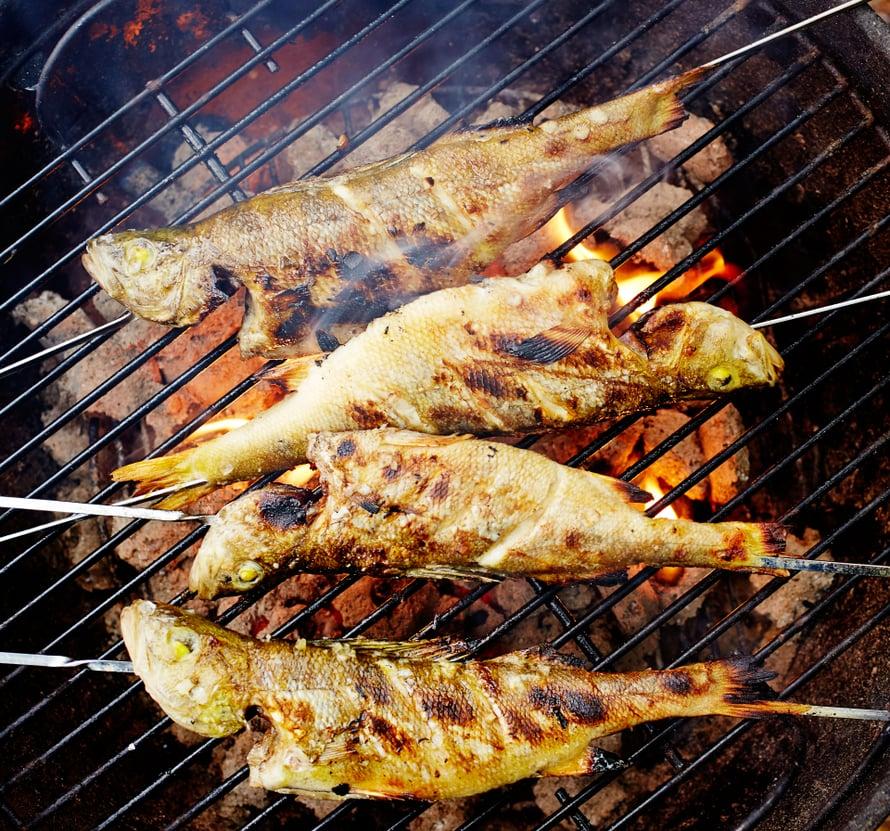 Pienet kalat kannattaa perata, suolata ja grillata kokonaisina.