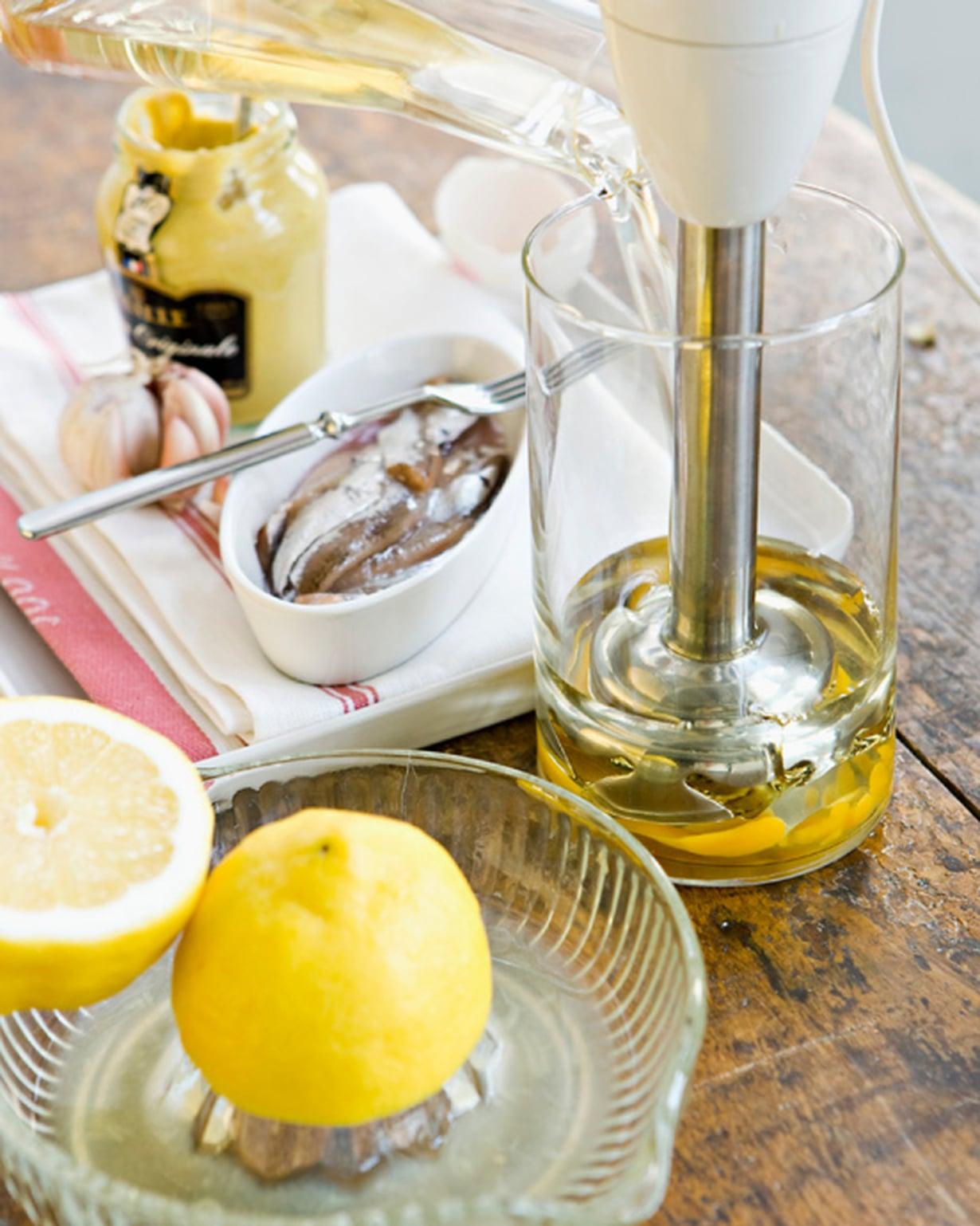 Riko huoneenlämpöinen muna korkeareunaiseen kulhoon. Lisää sinappi. Laita sauvasekoitin kulhon pohjalle ja kaada päälle huoneenlämpöinen öljy.