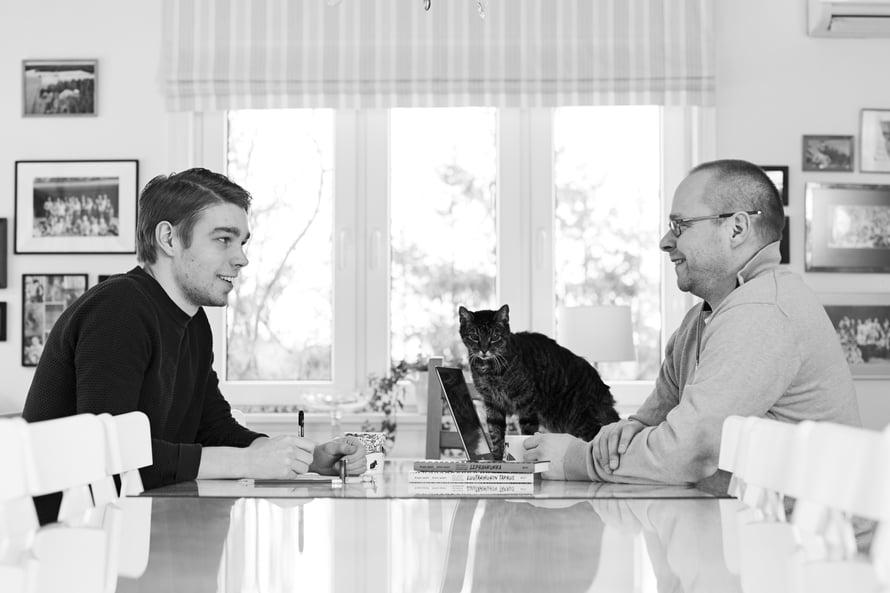 Anton, 24, ja Roope Lipasti, 50, ovat poika ja isä sekä työkaverit. Lue heidän haastattelunsa Kodin Kuvalehdestä 5/2021!