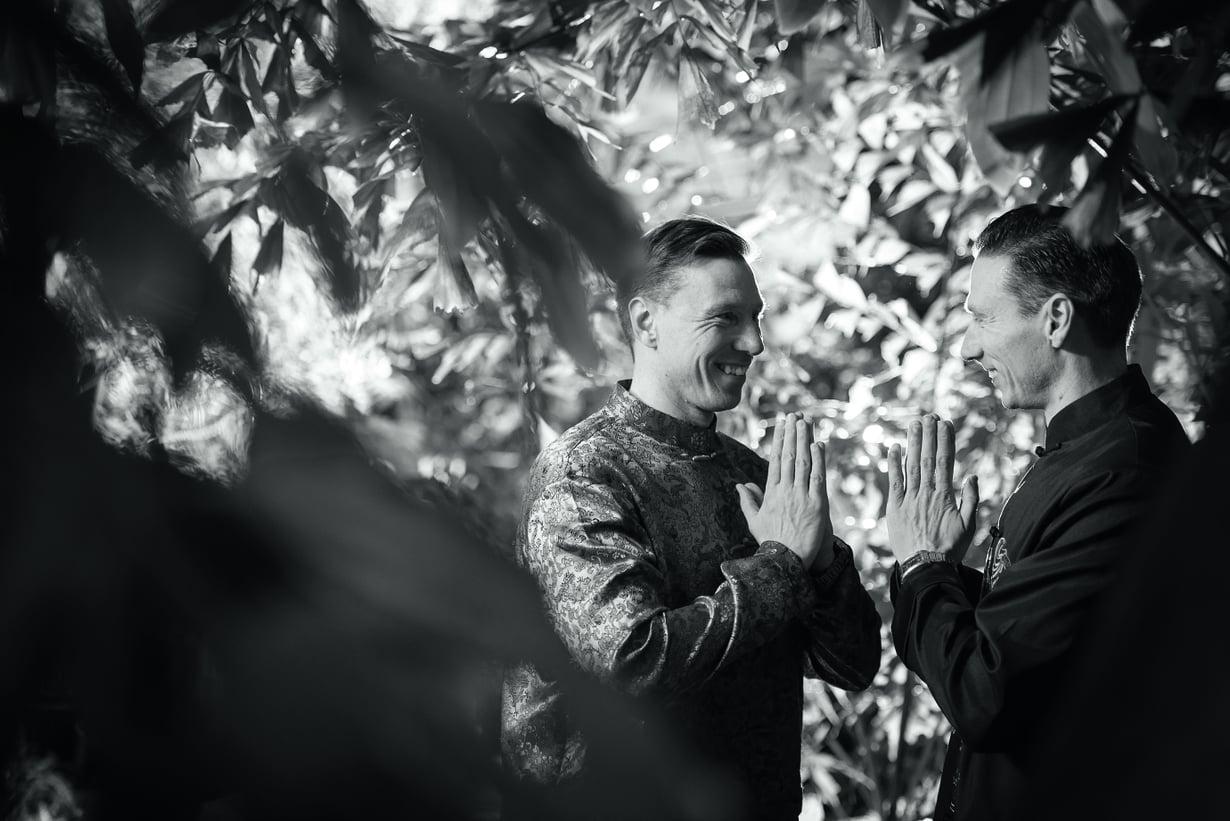 """Kaksoset Ilkka ja Harri Virolainen kirjoittivat Yliluonnollisten ilmiöiden ensyklopedia -kirjan. He uskovat, että kasvit, ihmiset ja valtiot ovat yhtä maailmankaikkeudessa. """"Meidän pitäisi kohdella kaikkea kohtaamaamme yhtä arvostaen kuin itseämme."""""""