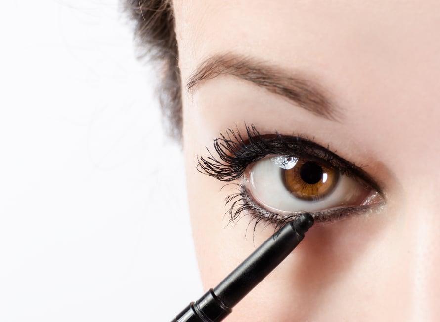 Silmien rajaaminen on helpoin tapa myös juhlistaa meikki. Vältä teräviä, kapeita viivoja.