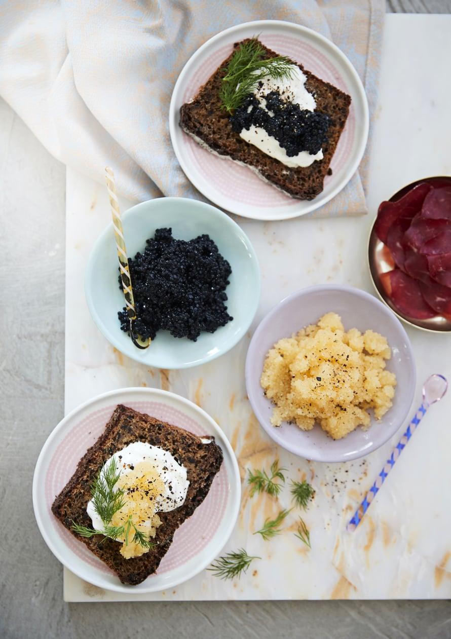 Pääsiäisen helpot ja herkulliset alkupalat syntyvät mämmileivästä. Laita vain nokare ranskankermaa, merileväkaviaaria ja tuoretta tilliä päälle. Myös savulammas maistuu leivän kanssa.