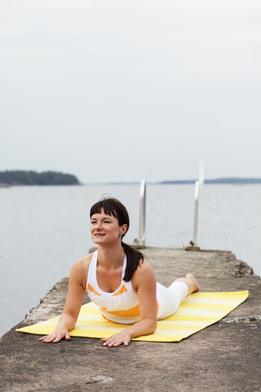 Vatsalihakset venyvät, kun nostat ylävartaloa rauhallisesti ylös.