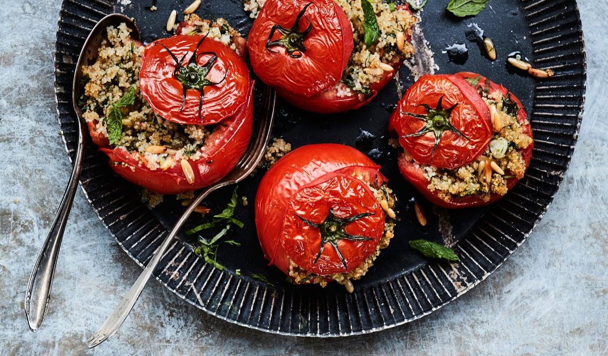 Tomaatin hatun alta paljastuu maukas kasvistäyte.