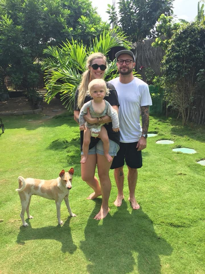 Meidän perhe ja Tara-koira Gloria Guestroomsin vehreällä pihalla.