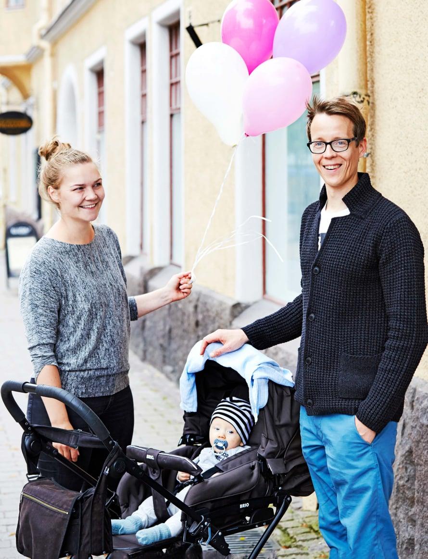 """""""Miten te just meidät bongasitte? Näytetäänkö me niin onnellisilta?"""" kysyy Ilona Laihanen, 31, Lappeenrannasta. """"Viimeksi tunsin onnea äsken, kun poikamme Olavi hymyili vaunuissaan"""", Oskar Paakarinen, 36, sanoo."""