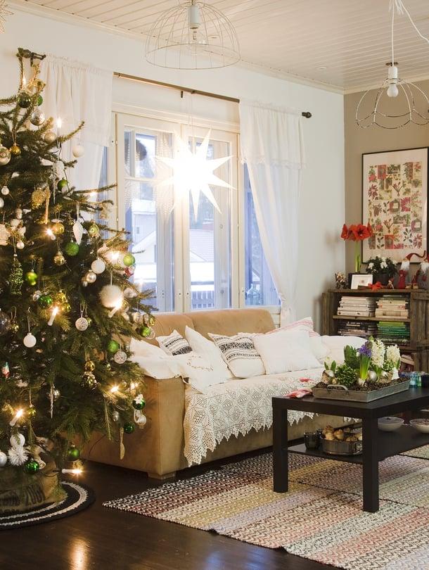 Katjan ja lasten joulukuusi saa joka vuosi ainakin yhden uuden koristeen. Niiden ripustaminen on etenkin 8-vuotiaan Eeron mielipuuhaa.