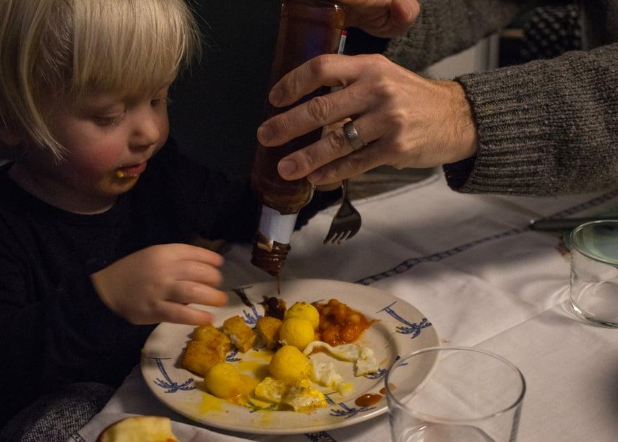 Pikkutilkka kastiketta ja johan ruoka maistuu: dippailu on niin kivaa, että ruoka menee masuun huomaamatta.