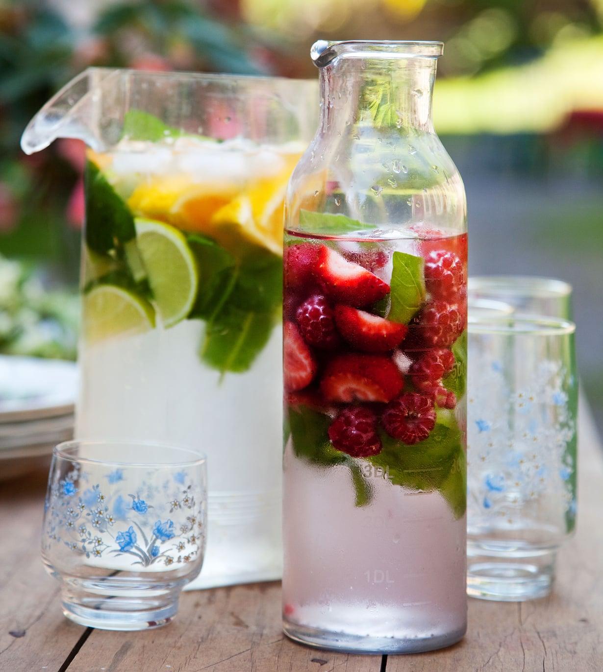 Korista kannullinen vettä juhlakuntoon parilla mansikalla, appelsiinin- tai kurkunsiivulla.