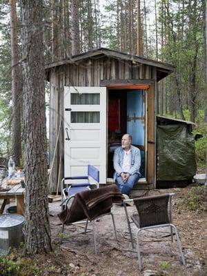 """Kuuden neliön mökki Pielisen rannalla lapsuuden mailla on Markku Pölöselle, 63, rakkain paikka maailmassa, mutta sekään ei ole oma. Sinne Markku lähtee, kun työt ja ajatukset kaatuvat päälle. """"Tunti siellä, ja olen ihan kunnossa taas."""""""