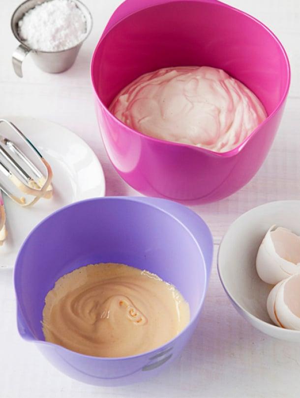 Vatkaa keltuaiset ja tomusokeri vaaleaksi, kuohkeaksi vaahdoksi. Vaahdota kerma ja vaniljasokeri pehmeäksi vaahdoksi toisessa kulhossa.