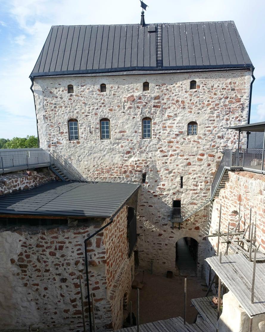 Eräs Ahvenanmaan kuuluisimmista nähtävyyksistä on 1300-luvulta peräisin oleva Kastelholman linna, jossa asui aikoinaan sekä Kustaa Vaasa että Suomen herttua Juhana III. Myös Eerik XIV yhdessä vaimonsa Kaarina Maununtyttären kanssa oli siellä vankina.