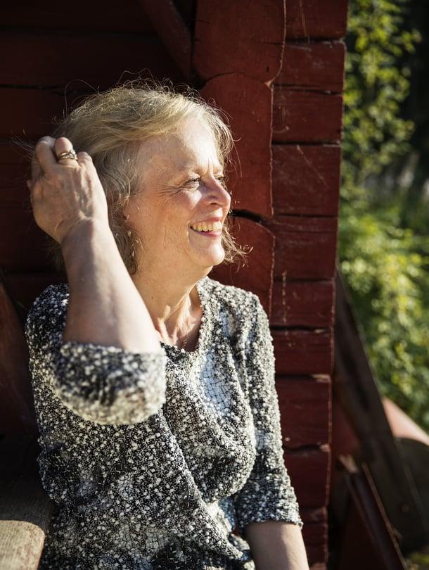 Pirkko-Liisa Tarvonen onylihammaslääkäri HYKSin suusairauksien opetus- ja hoitoyksikössä. Hän asuu Sipoossa miehensä ja viiden kissan kanssa. Perheeseen kuuluu kaksi aikuista poikaa ja kolme lastenlasta.