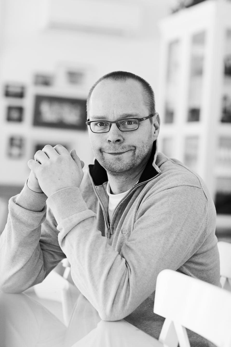 Roope Lipasti on 50-vuotias kirjailija, kolumnisti ja toimittaja. Asuu Liedossa. Perheeseen kuuluvat vaimo ja neljä lasta. Roope on kirjoittanut useita kirjoja sekä lapsille että aikuisille.
