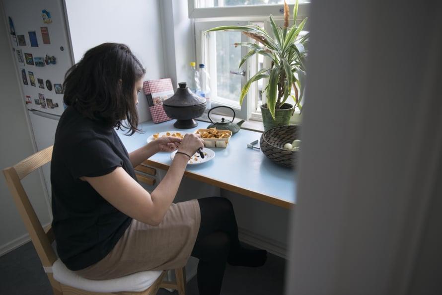Aishin lapsuudenkodissa isän palestiinalaisuus näkyi etenkin keittiössä. Aishi itse kokkaa sekä palestiinalaista että suomalaista ruokaa.