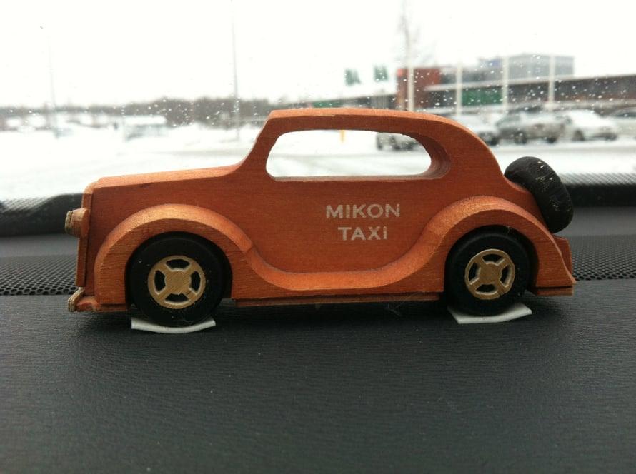 Ostin miehelleni puisen pikkuauton synttärilahjaksi, kun hän haaveili omasta taksista. Nyt jotkut asiakkaat muistavat meidän taksin juuri tuosta autosta. Siitä on saatu paljon jutun juurta aikaiseksi. - Saija Kadenius