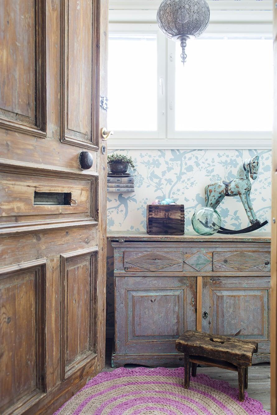Ilona löysi vanhat kerrostalon ovet Wanhan Wallankumous -liikkeestä. Luukut ja ovikello muistuttavat menneestä. Lypsyjakkara viettää eläkepäiviä koristeena.