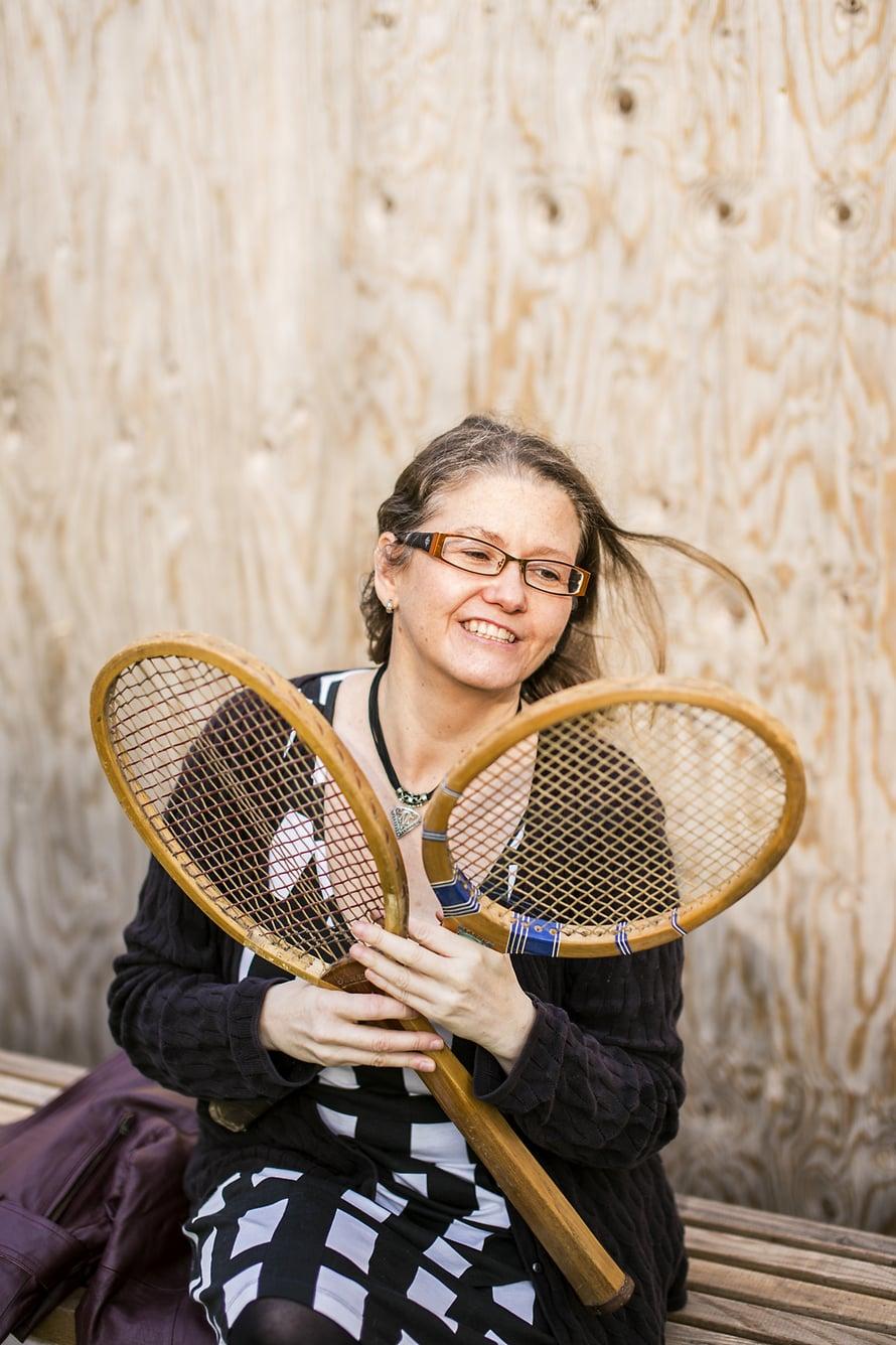 Äidin vanhat tennismailat 1940-luvulta eivät Annakaisan mielestä kuuluneet roskikseen vaan vaikka seinälle koristeeksi. Kierrätyskeskuksen mekko maksoi kolme euroa, kaulakoru kirpputorilla kaksi euroa.