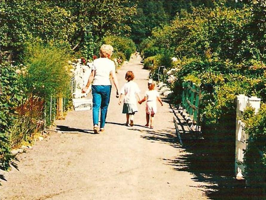 Siirtolapuutarhan polulla otetun lapsuuskuvan jälkeen Anna ja Seidi ovat venyneet ohi Helena-mummosta.