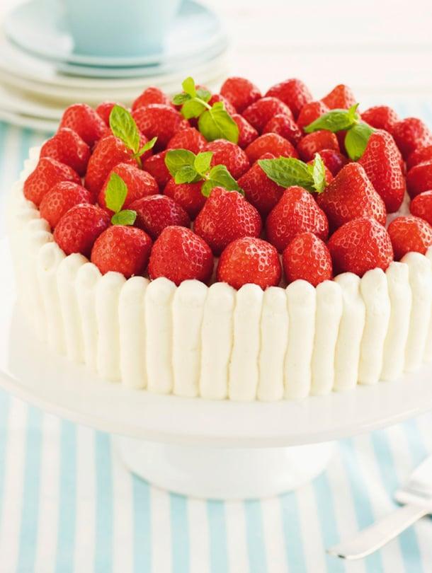 Täytä kakku edellispäivänä, koristele mansikoilla seuraavana.
