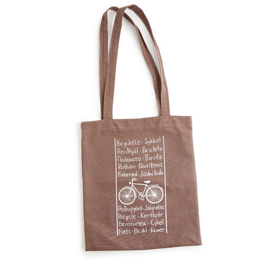 """Nuoruuden piirustusharrastus on j&auml;&auml;nyt, mutta joskus Elina innostuu piirt&auml;m&auml;&auml;n uusia kuoseja. <a href=""""https://www.etsy.com/listing/179181873/black-bicycle-tote-bag?ref=shop_home_active_18"""">Py&ouml;r&auml;ilykasseja on myynniss&auml; Elinan Etsy-kaupassa</a>."""