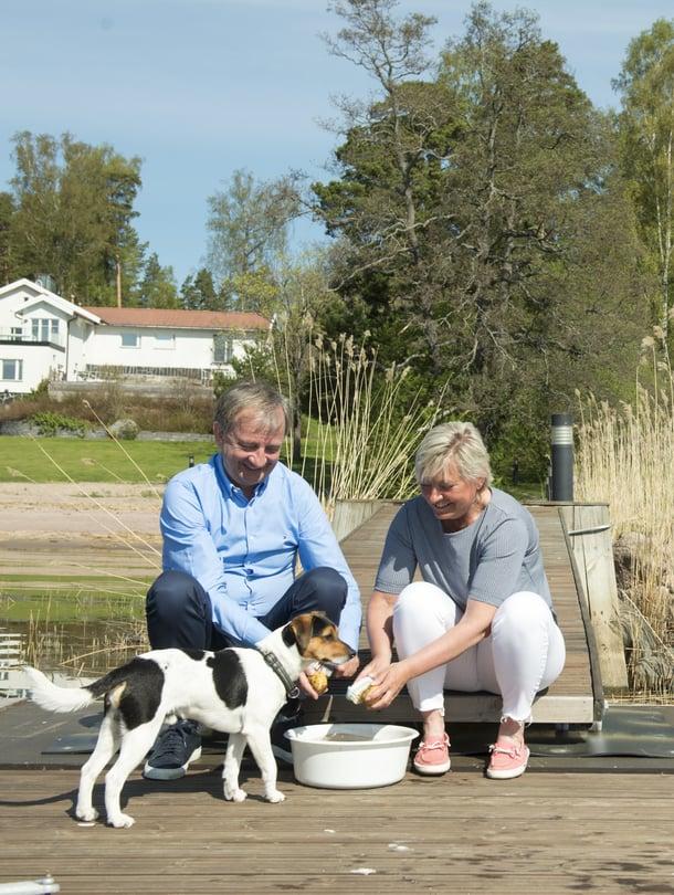 """Hjallis Harkimo ja sisko Maria Thelen asuvat naapureina. """"Kesällä tulee varmasti oltua paljon yhdessä, kun minulle tulee uusi koira. Se pääsee leikkimään yhdessä Marian koiran Wifin kanssa"""", Hjallis kertoo."""