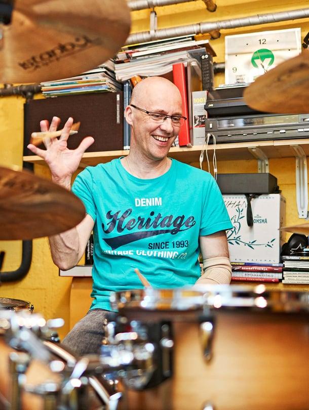 54-vuotias muusikkoJuha Seittonen tunnetaan taiteilijanimillä Keijo Q ja Quuppa. Hän on Dingon alkuperäinen rumpali ja palasi yhtyeen riveihin tänä vuonna. Juha tekee hoito-alan töitä ja asuu omakotitalossa Helsingissä avopuolison, tyttären ja koiran kanssa.