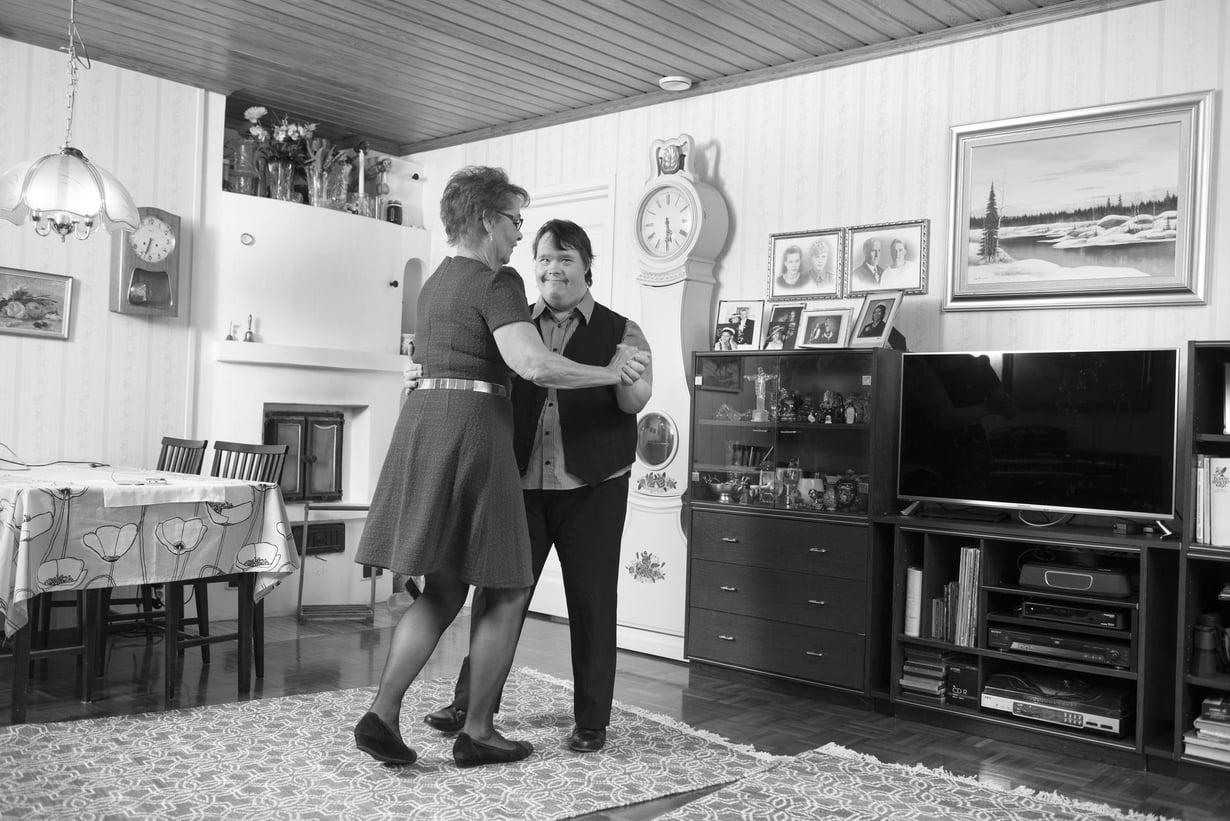 Aira Välitalo ja Toni Välitalo tanssivat mieluiten jenkkaa. Toni on taitava tanssija, ja lavoilla häntä haetaan paljon.