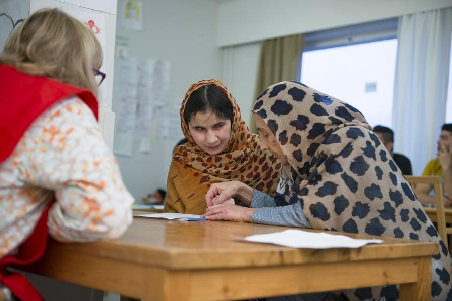 Suomen tunnilla. Afganistanilainen Adla opastaa sokeaa 16-vuotiasta tytärtään Mahdiaa. Mahdian unelmana on opiskella sokeiden opettajaksi.