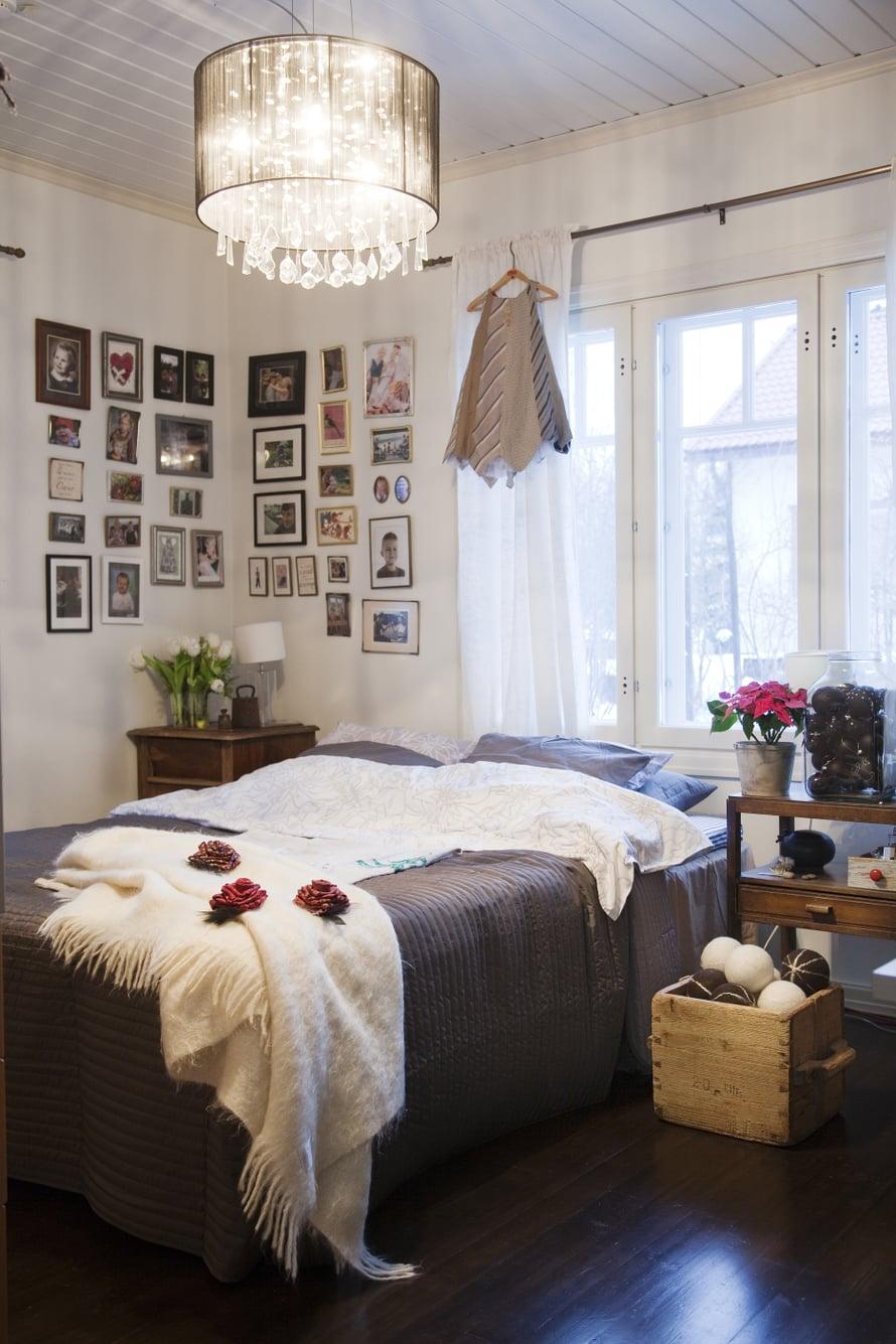 Makuuhuoneen seinälle on koottu läheisten kuvia. Sängyn vieressä on kopallinen Katjan huovuttamia joulupalloja. Ruusukkeet ja mekko on ommeltu solmioista.