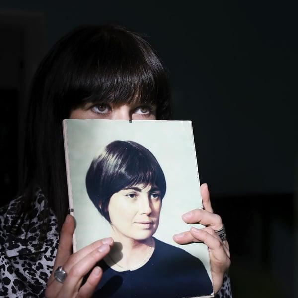 Kuin kaksi marjaa. Heidin kirjahyllyssä on kuva isän äidistä Marjasta.