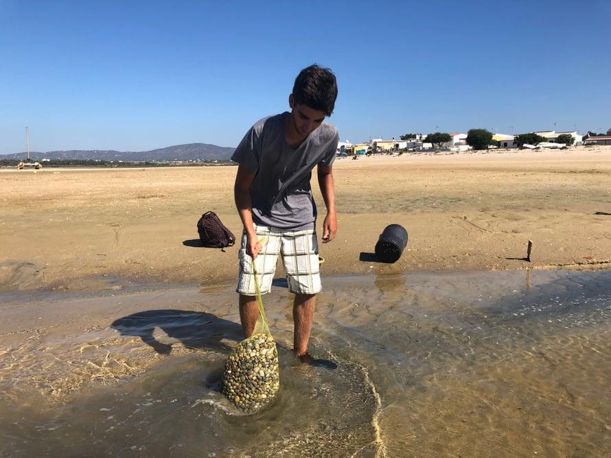 Tässä kalastaja esittelee simpukkasaalistaan. Tämän määrän keräämiseen menee tunteja ja se on kuulemma selälle rankkaa työtä. Keräämisen jälkeen simpukat lajitellaan, isoimmat lähetetään ravintoloihin ja pienemmät myydään torilla tai kadulla suoraan kylmälaukuista kotikokeille. Pikkiriikkiset heitetään takaisin mereen kasvamaan.