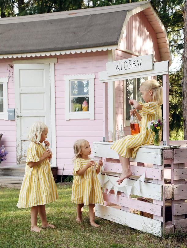 Kun mökin odotus tuntui Pepin ja Myyn mielestä pitkältä, Heidi rakensi ensihätään kuormalavoista hauskan kioskin sävy sävyyn. Aliisa oli silloin vielä vauva.