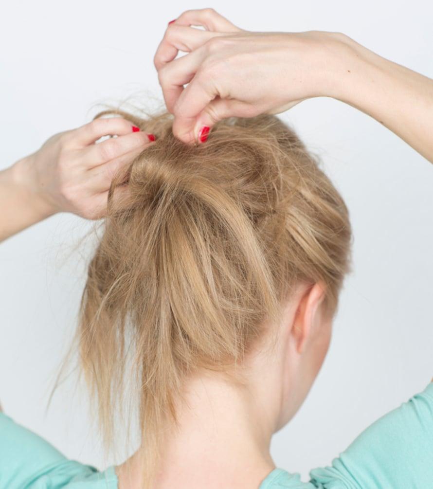 Poimi tupeeratusta pallosta pinneillä satunnaisesti osioita, jotka kiinnität löysästi lähelle ponnarin kiinnityskohtaa. Jatka kunnes nuttura on halutun muotoinen ja kokoinen. Viimeistele ja muotoile nuttura lopulliseen muotoonsa nostaen hiusosioita kevyesti koholle piikkikamman avulla.