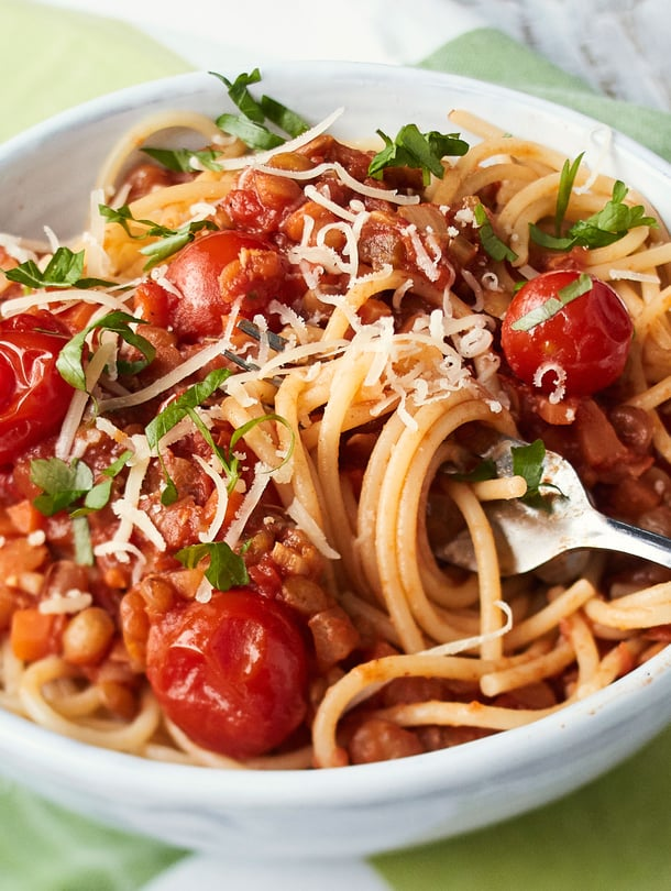 Linsseistä ja tomaattimurskasta saa helposti maukkaan soosin spagetille.