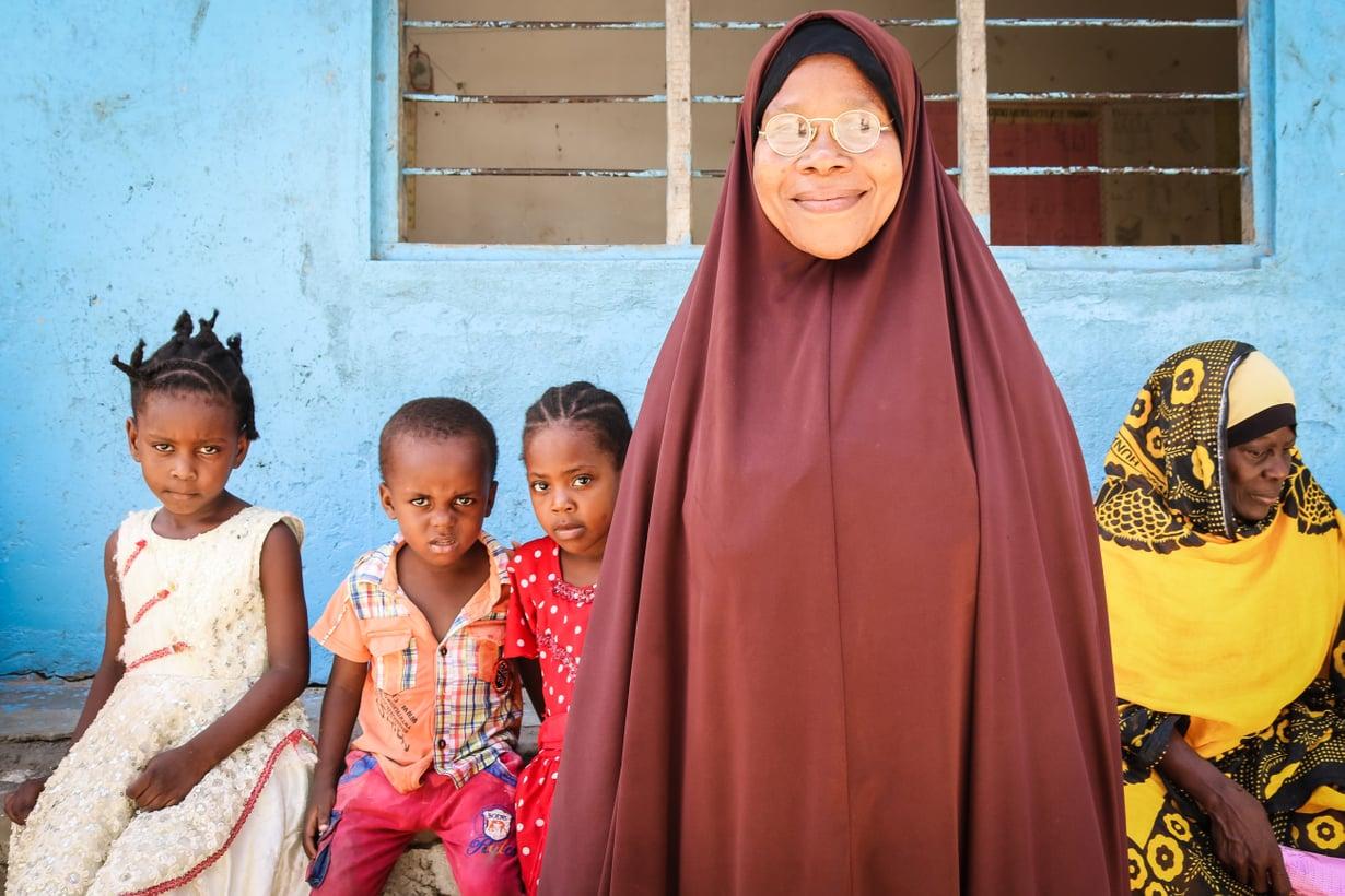 """Abeda opettaa kylän köyhimpiä lapsia. """"Haaveenamme on päästä luokkaretkelle. Lasten mielestä olisi hienoa matkustaa yhdessä bussilla."""""""