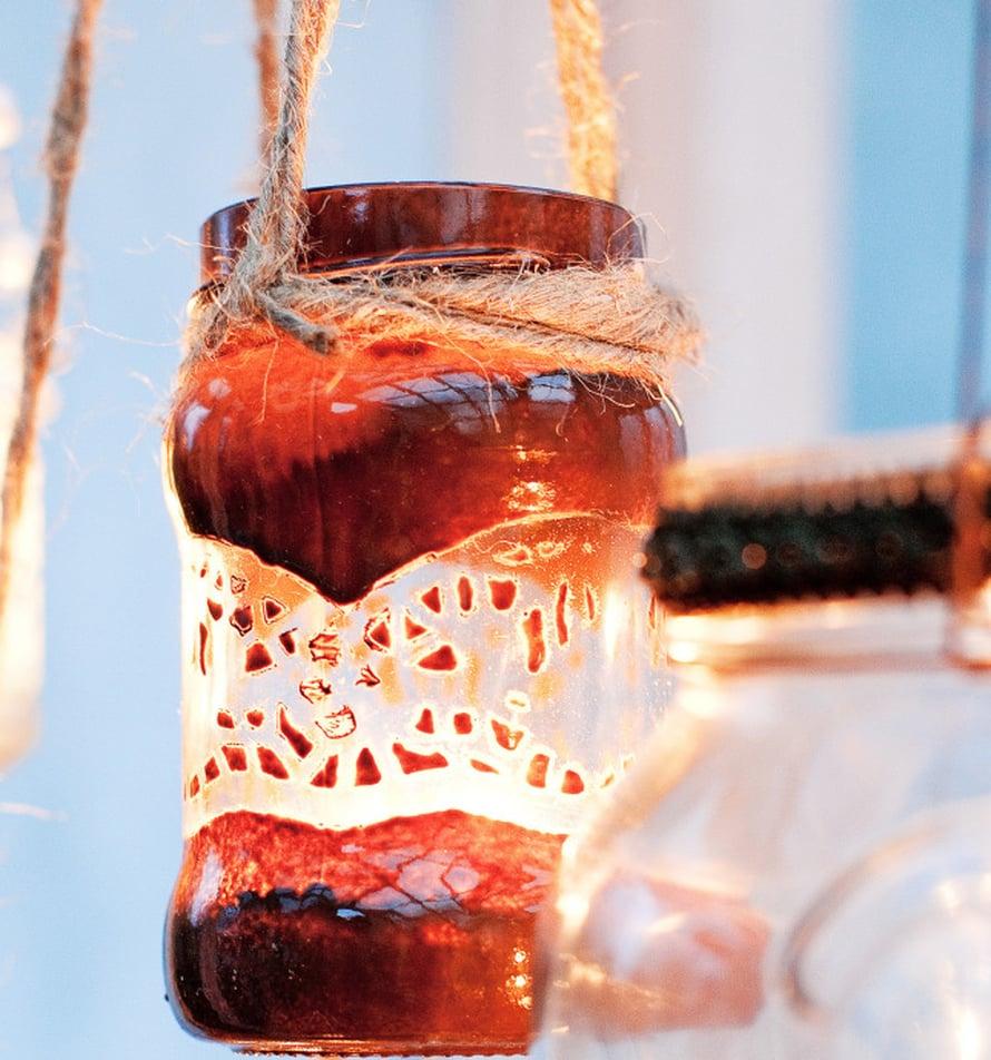 Lyhdyt voi kiinnittää narulla, kunhan kynttilänliekki jää tarpeeksi kauas purkin suulta. Lyhty on spraymaalattu ruskealla automaalilla, kuvio on maalaamatonta lasia.