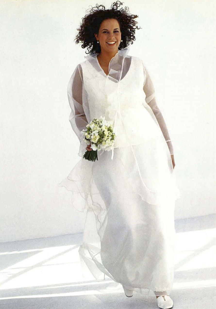XL-kokoisen morsiamen pukuun kuuluu pitsitoppi, kaksikerroksinen hame ja organzajakku. Vuonna 2004 julkaistussa puvussa oli koot 46 - 54.