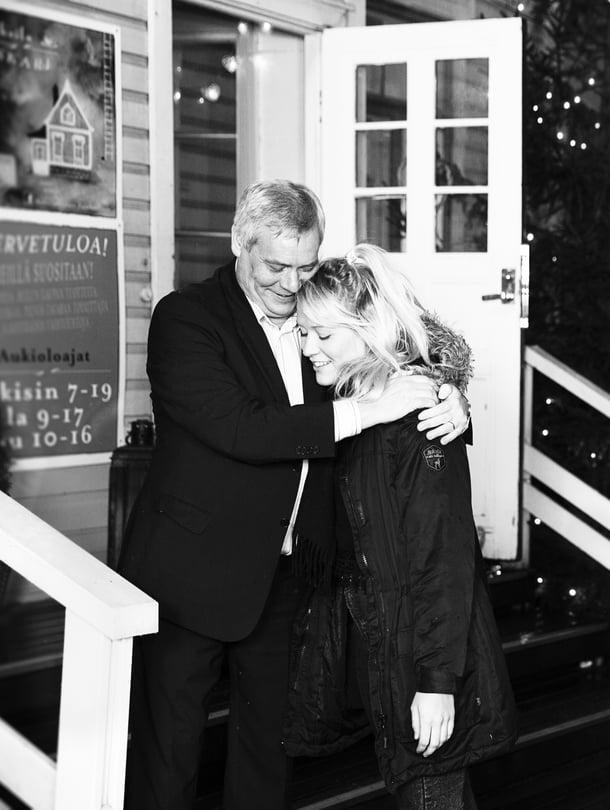 Isä Antti ja tytär Ilona ovat molemmat suojelunhaluisia vanhempia.