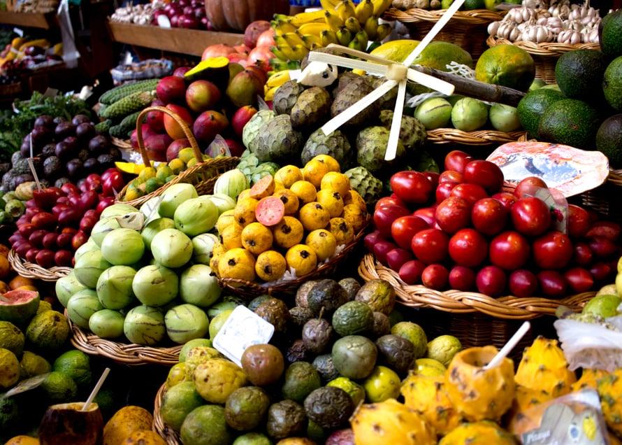 Fuchalin torin tarjontaa. Lukuisat eri passionhedelmälajikkeet ja muut eksoottiset herkut odottavat ostajiaan - mutta varo: Funchalin hedelmätori on turistinen ja hinnat katossa, parempaan hintaan löydät hedelmät isosta supermarketista tai muualta saaresta.
