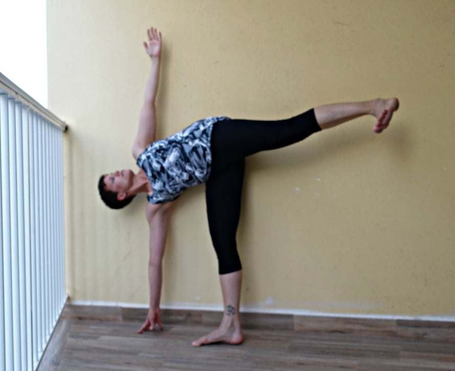 Kokeilin eilen puolikuu-asanaa, joka on osa koulutuksemme joogaharjoitusta. Yllättäen sain säilytettyä tasapainon mutta unohdin kääntää jalkaterän alaspäin...