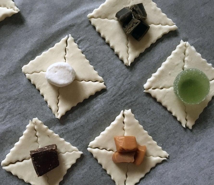 Karkkitortut onnistuvat parhaiten minikoossa. Aseta marmeladikuula sileä pinta ylöspäin ja pilko toffeet hieman pienemmiksi.