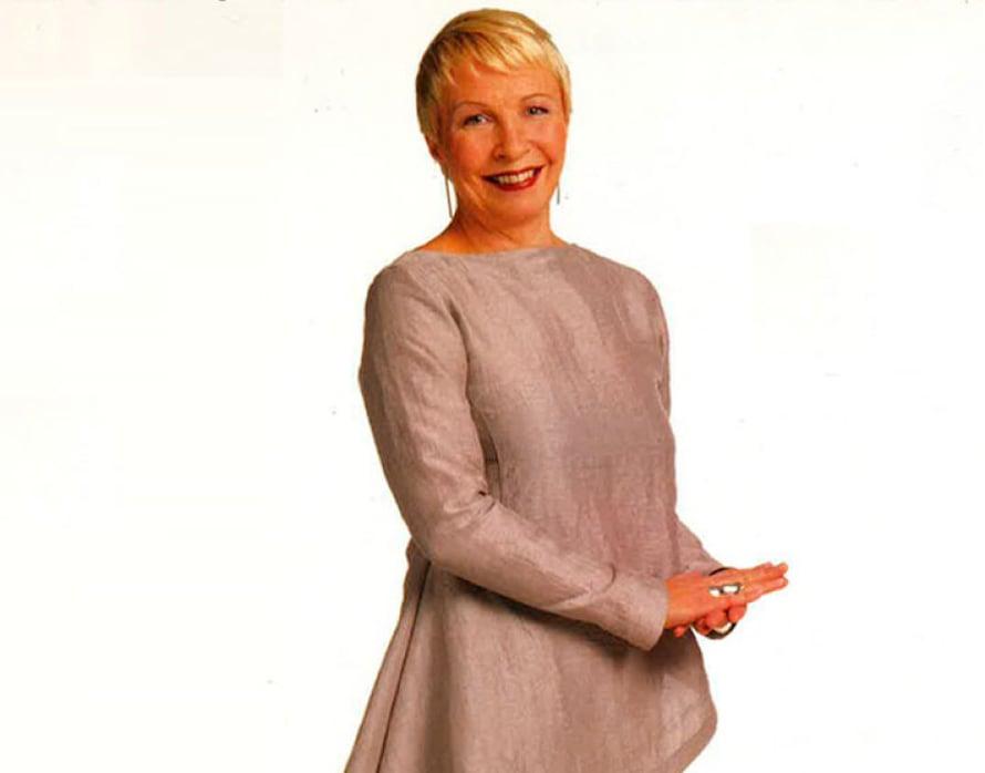 Ilona Pellillä on päällään Suuri Käsityö -lehdelle suunniteltu pellava-asu. Minimalististen vaatteiden mestari tunnetaan presidentti Tarja Halosen ja presidentin puolison Tellervo Koiviston iltapuvuista. Ohje Suuri Käsityö 1/2000.