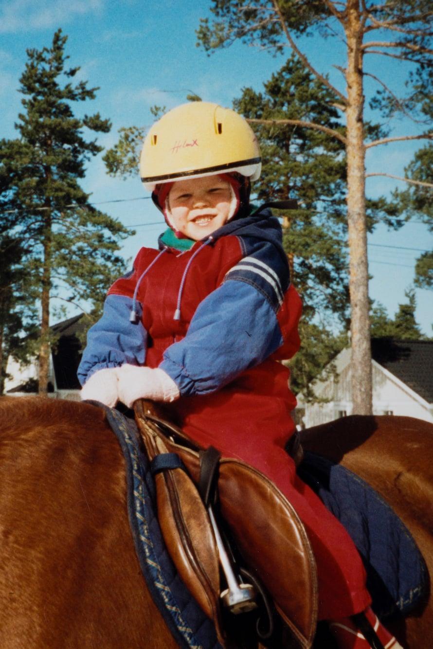 """""""Kasvattiäidin kokoama valokuva-albumi on suurimpia aarteitani. Kun näin ensimmäistä kertaa Lisan ratsastuskuvia, ajattelin heti, että äidin tyttö, minun tyttö. """""""